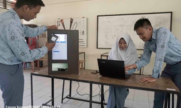 Siswa SMKN 1 Cimahi Ciptakan Vending Machine Berbasis E-Money
